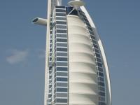 """La famosa """"vela"""" (Burj Al Arab), uno degli edifici moderni più famosi del mondo per la sua particolare forma che ricorda la vela di una nave."""