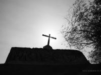 Cruz - Croce e luce che sovrastano l'ingresso di una cappella all'interno del complesso di Santa Catilina ad Arequipa (Perù)