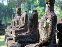 Meditazione - Particolare di una statua erosa - rovine ri Sukothai (Thailandia)