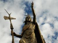 Pachacutec - La statua del re Inca sopra la fontana in Plaza de Armas a Cuzco (Perù)
