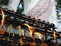 Candele di cera - Offerte di fronte alle divinità: la fiamma simbolo di una parabola buddhista