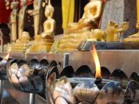 Fiamma - Offerte di fronte alle divinità: la fiamma simbolo di una parabola buddhista
