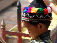 Bambino - Anche i più piccoli vengono avvicinati alla religione partecipando ai riti nei templi