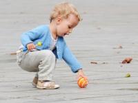 Bambina che gioca in Plaza de l'Ayuntamiento di Valencia
