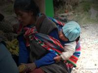 In diverse parti del mondo i piccoli sono avvolti in fasce sulla schiena delle madri