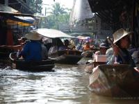 Damnoen - Le signore thailandesi che remano portando i turisti nei canali del mercato galleggiante vicino Bangkok