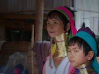 Discendenza - Le donne della tribù dei Kayan ancora oggi usano portare un lunga spirale intorno al collo