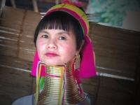 Donna giraffa - Le donne della tribù dei Kayan ancora oggi usano portare un lunga spirale intorno al collo