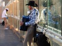 Fisarmonica - Artisti di strada - in questo caso il musicista intrattieni i passanti su di un passaggio pedonale di Las Vegas
