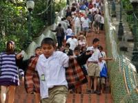 Fretta - Lo studente scende di corsa i 300 gradini della scalinata Naga che porta al tempio Wat Pra That sul monte Doi Suthep (Chiang Mai)