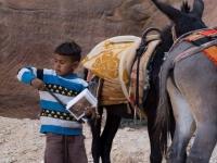Bimbo della comunità di beduini che occupano l'area del sito archeologico