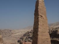 In cima sull'Altura del Sacrificio (Jebel Madbah). L'obelisco non è appoggiato al suolo ma è stato realizzato rimuovendo la roccia intorno che costituiva la cima della montagna
