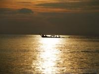 Long tail boat - Veri e propri motori da auto montati a poppa fanno girare l'elica all'estremità del lungo timone