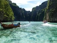 Phi Phi - Turisti sulle long tail boat per esplorare le lagune nascoste nelle insenature dele isole nel mare delle Andamane (Thailandia)