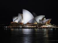 Sydney - Sydney Opera House, tetro progettato dall'architetto danese Jørn Utzon, di notte risplende sulla baia come un faro (Australia)