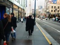 Man in black - Sui marciapiedi di San Francisco (California)