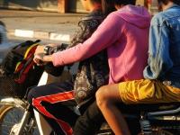 Motoretta famigliare - Quasi tutto è lecito nel traffico thailandese