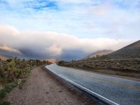Nubi - Questa strada porta alla Death Valley provenendo dal Lake Isabella... (Nevada)